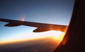 98326-stock-photo-himmel-freude-flugzeug-horizont-fluegel-blauer-himmel