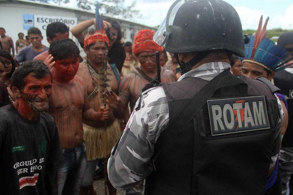 INDIGENOUS PEOPLE AGAIN PARALYZE WORKS OF A CONTROVERSIAL DAM IN THE BRAZILIAN AMAZON