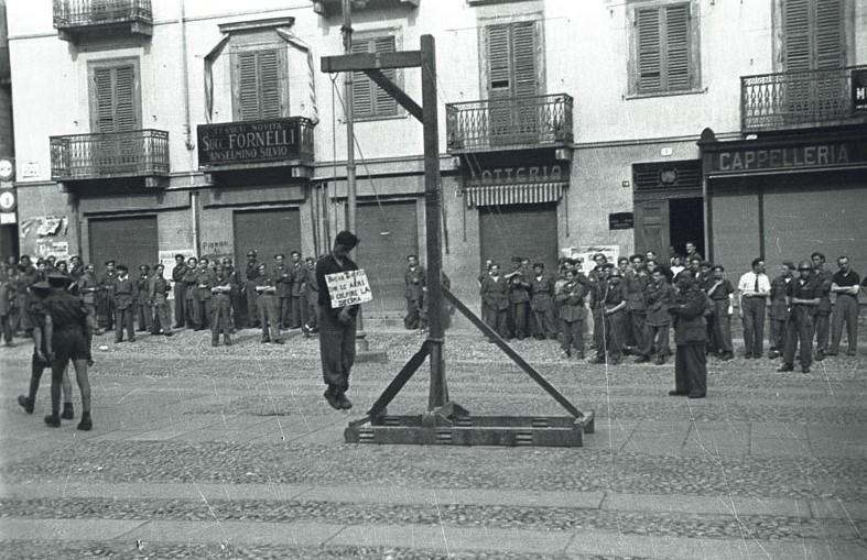 01-00074537000056 - 25 APRILE 1945 LA LIBERAZIONE - SECONDA GUERRA MONDIALE - IVREA, 1944 - IMPICCAGIONE DI UN PATRIOTA ESEGUITA DALLA X MAS .