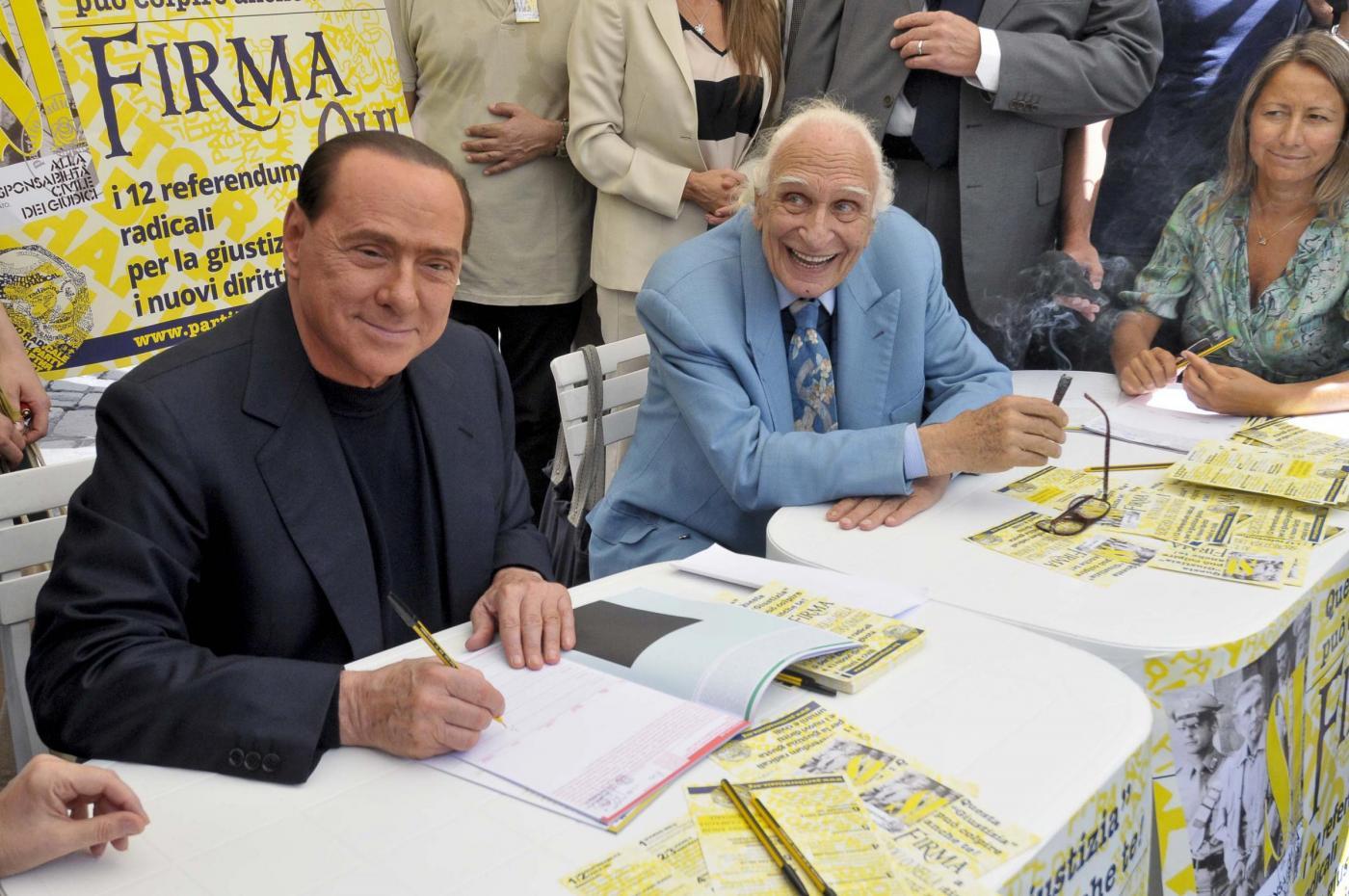 Silvio Berlusconi firma per i referendum sulla giustizia dei Radicali Italiani