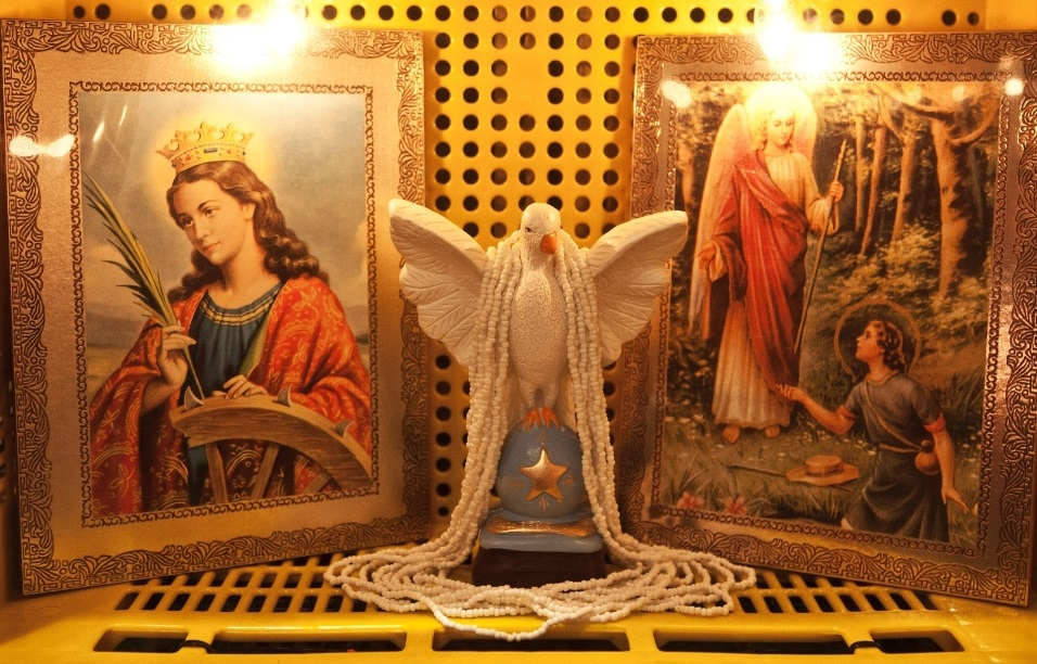 parte-da-exposicao-mostra-o-sincretismo-religioso-relacionado-ao-autor-exus-e-entidades-do-candomble