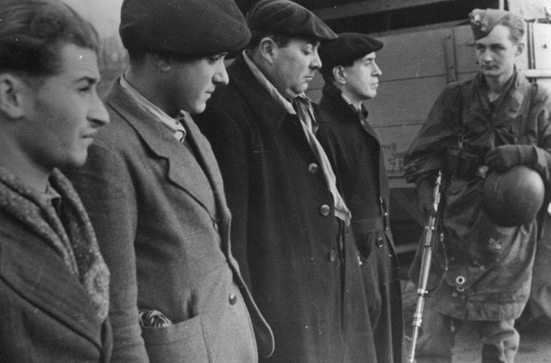 Der rote Maquis in Frankreich Festgenommene Terroristen vor ihrem Abtransport. Die Anführer der Banden sind Juden, geflüchtete Rotspanier und englische Agenten, die meist gut gekleidet und mit großen Geldsummen versehen sind. Ihre Gefolgsmänner rekrutieren sich fast ausschließlich aus arbeitscheuem Gesindel.