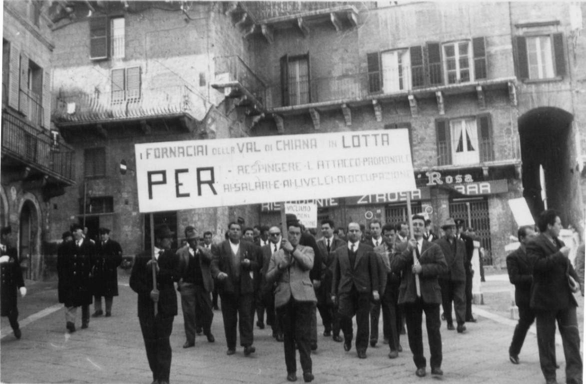 Siena-1966.-Manifestazione-per-lo-sciopero-degli-operai-edili-e-fornaciai