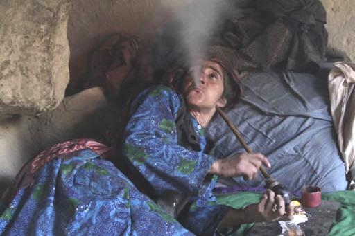 afghanistan-oppio-donna-fuma