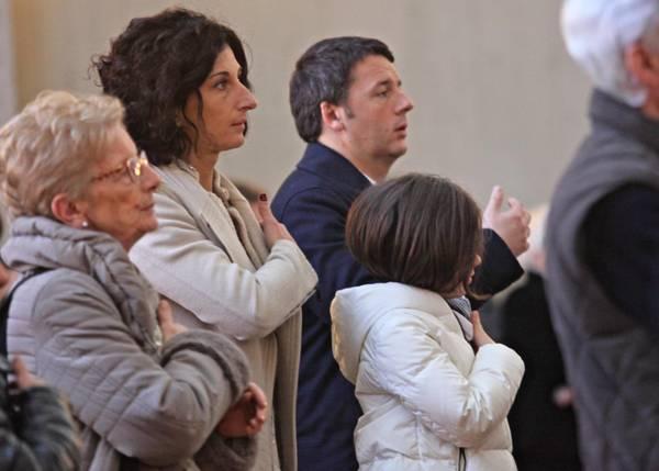 Governo: Renzi alla messa con moglie e figlia