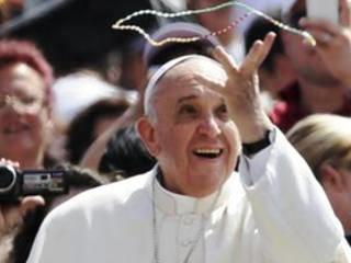 bergoglio-francesco-gioca-col-rosario